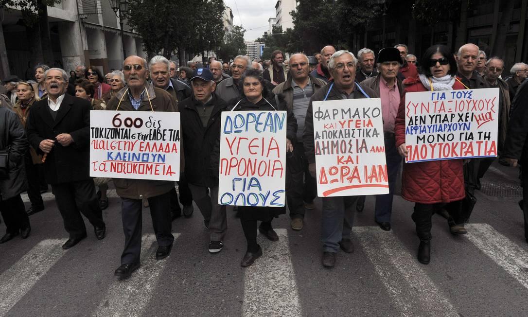 Aposentados gregos vão às ruas em protesto contra os reajustes na previdência.