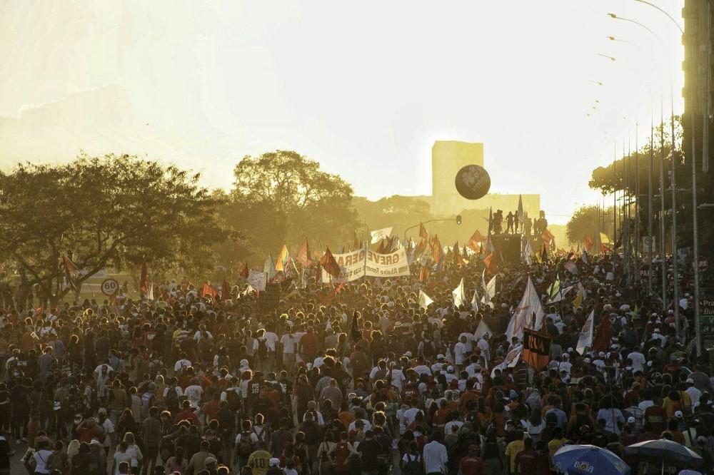 Multidão toma Brasília por novas eleições e é brutalmente agredida