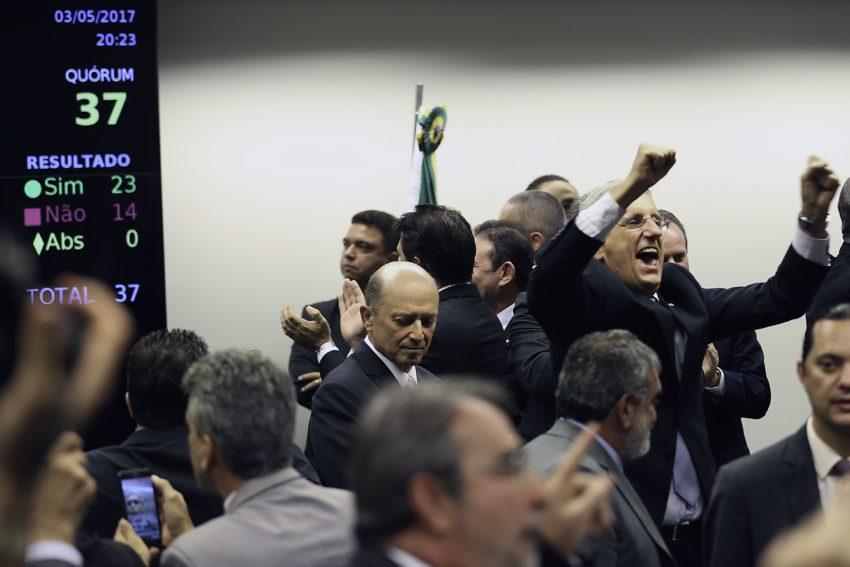 Brasília - Deputados comemoram aprovação por 23 votos a 14 da Reforma da Previdência na Comissão especial. Foto: Fabio Rodrigues Pozzebom/Agência Brasil