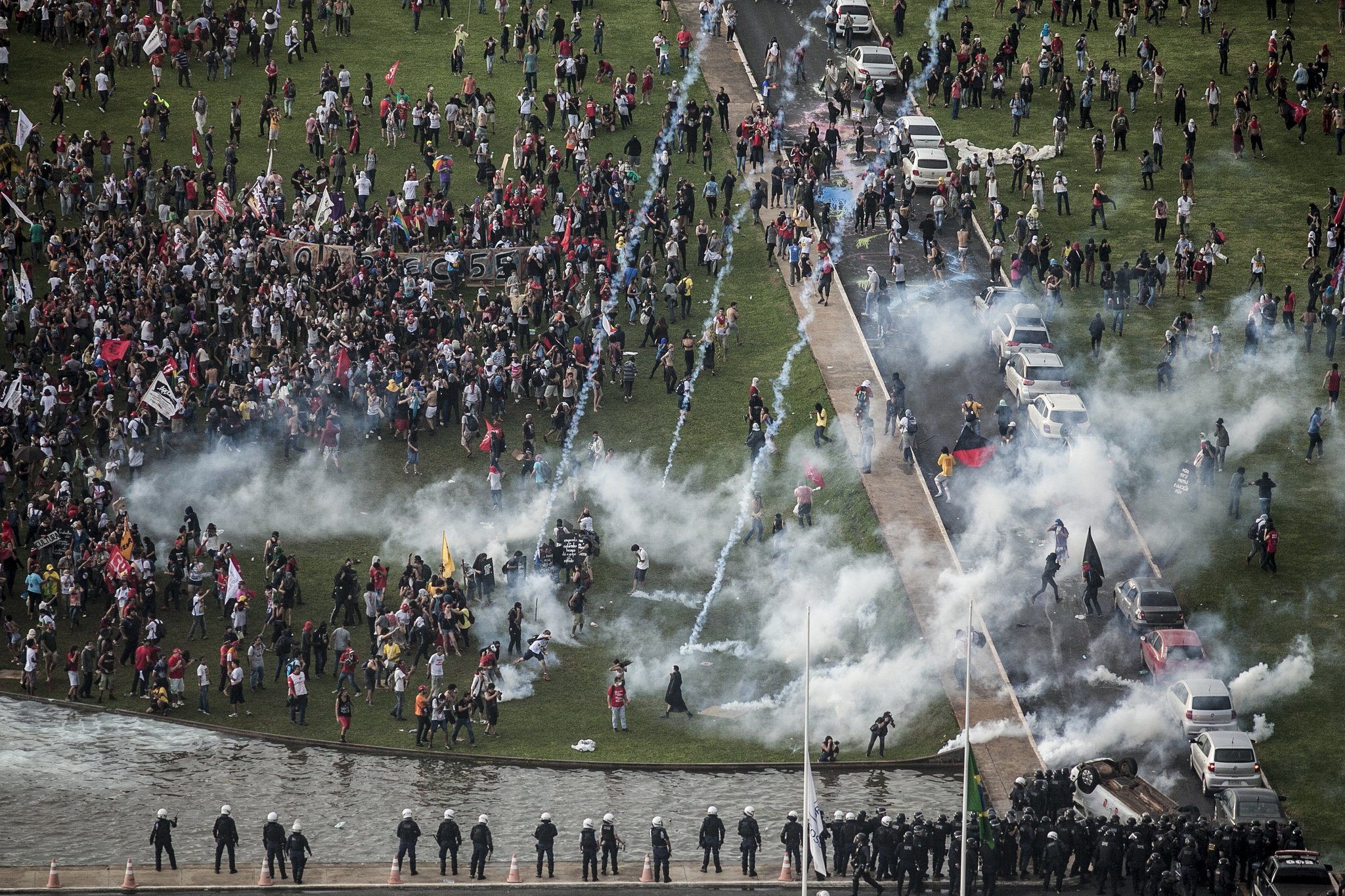 #OcupaBrasília. Ato unificado contra a PEC 55, que congela investimentos em saúde, educação e outras áreas sociais por 20 anos, duramente reprimido pela polícia. Foto: Mídia NINJA