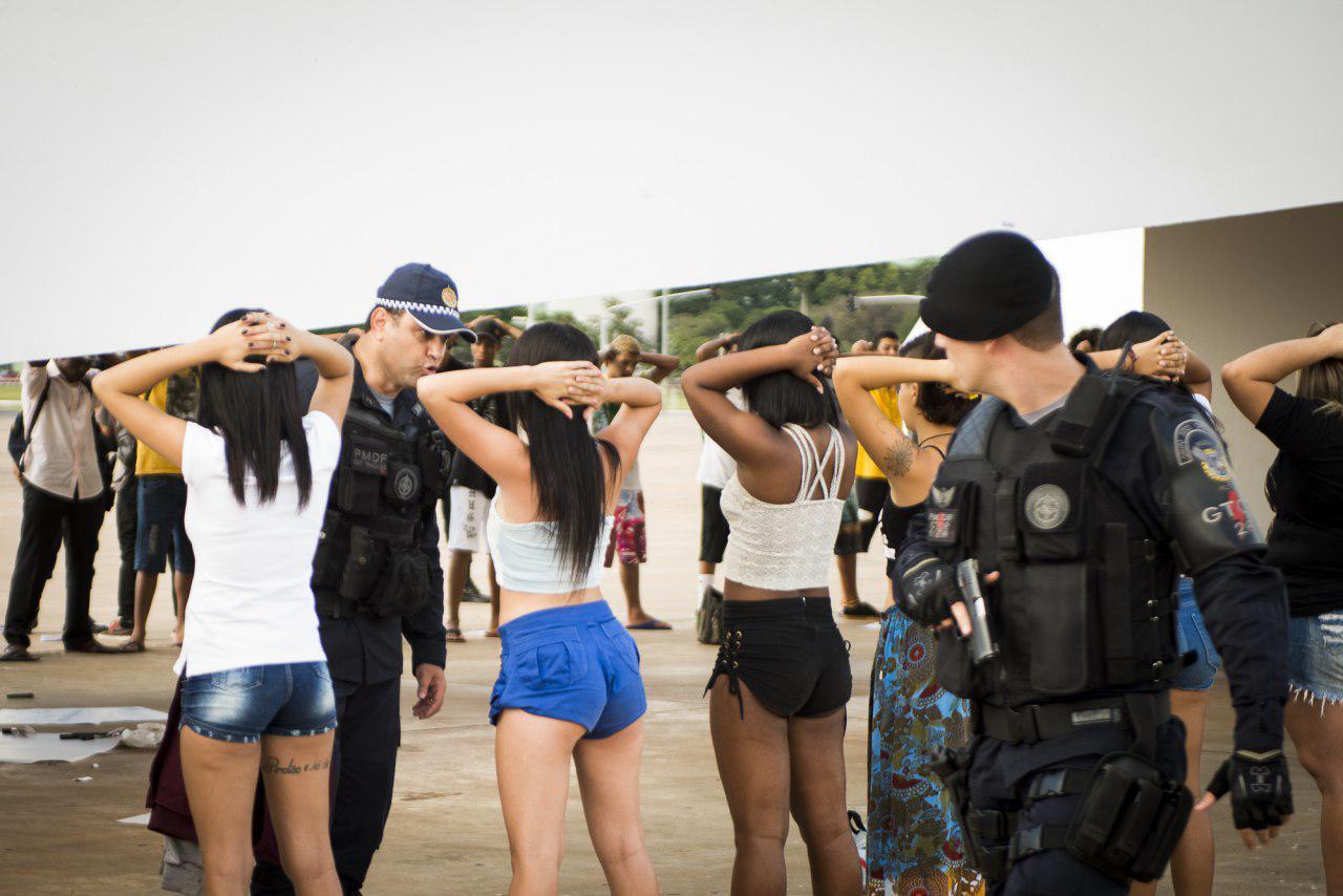 Policial aborda meninas que participavam da Marcha da Maconha em Brasília este ano. Foto: Mídia NINJA