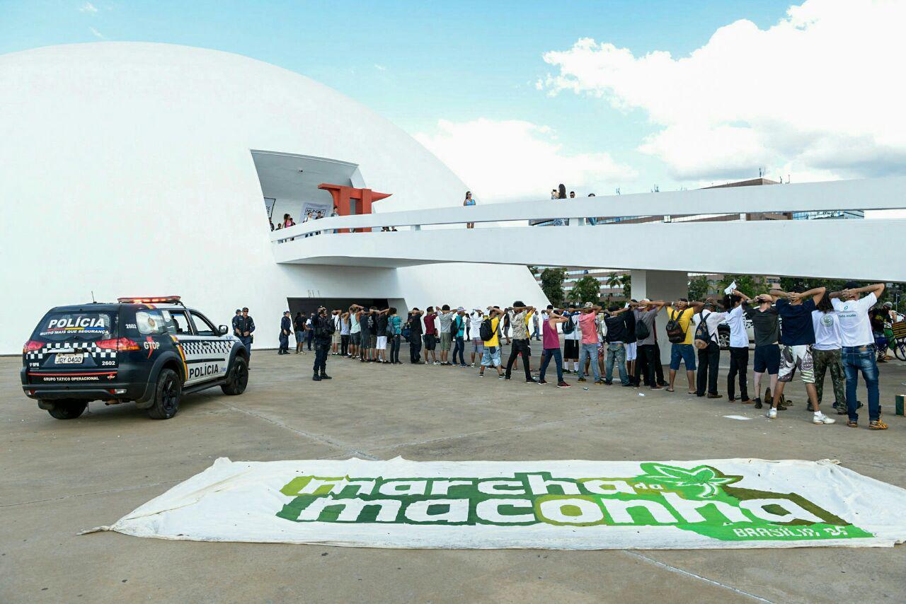 Revista a jovens que participavam da Marcha da Maconha em Brasília este ano. Foto: Mídia NINJA