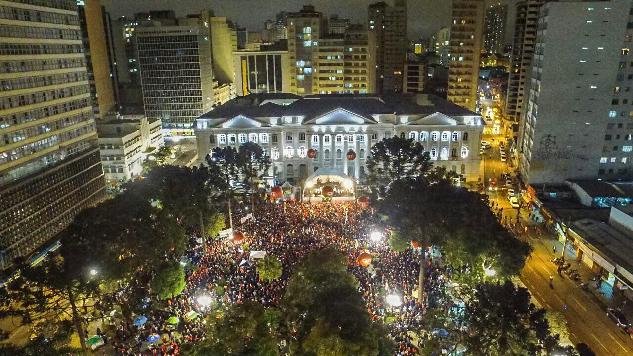Milhares de pessoas na Praça Santos Andrade em Curitiba durante ao da Jornada pela Democracia. Foto: Luciano Luz / Mídia NINJA