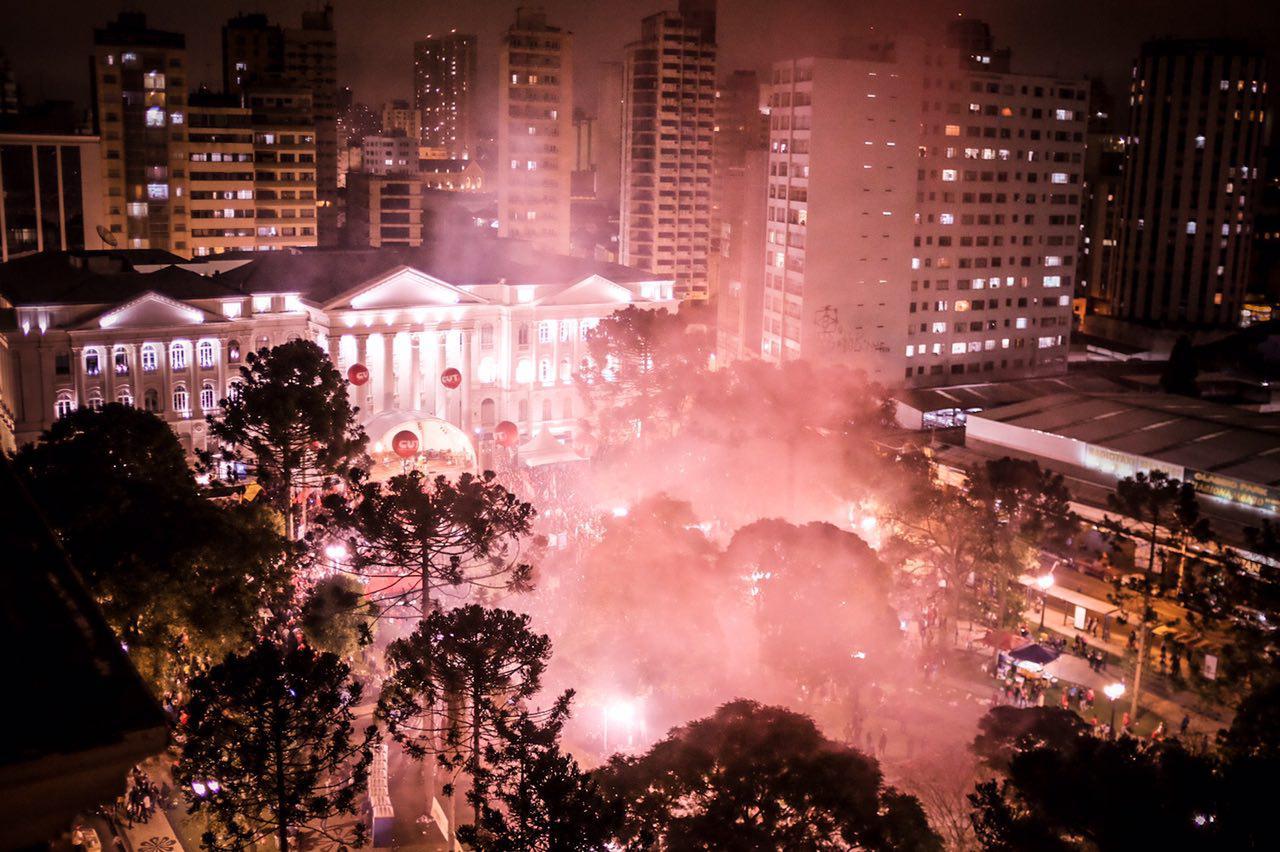 Mais de 50 mil pessoas ocuparam a Praça Santos Andrade em Curitiba no dia 10 de maio. Foto: Luciano Luz / Mídia NINJA