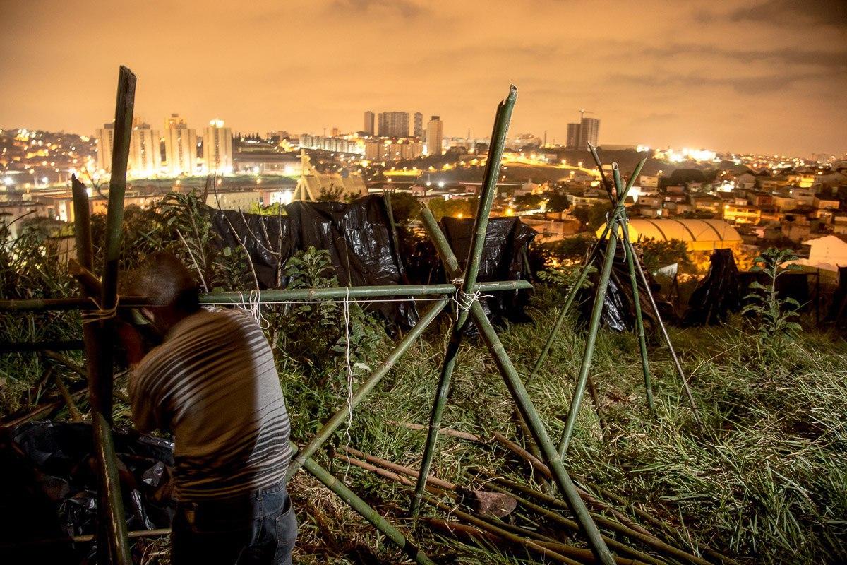 Montagem das barracas na ocupação realizada em Carapicuíba com cerca de 200 pessoas do Movimento. Foto: Mídia NINJA
