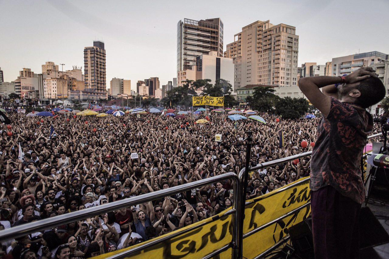 O rapper Criolo no palco do SP Diretas Já. Foto: Diretas Já