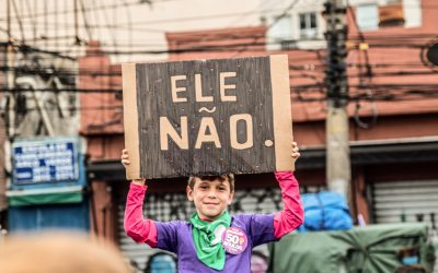 Bolsonaro é acusado de caixa dois para envio de mensagens contra o PT no whatsapp