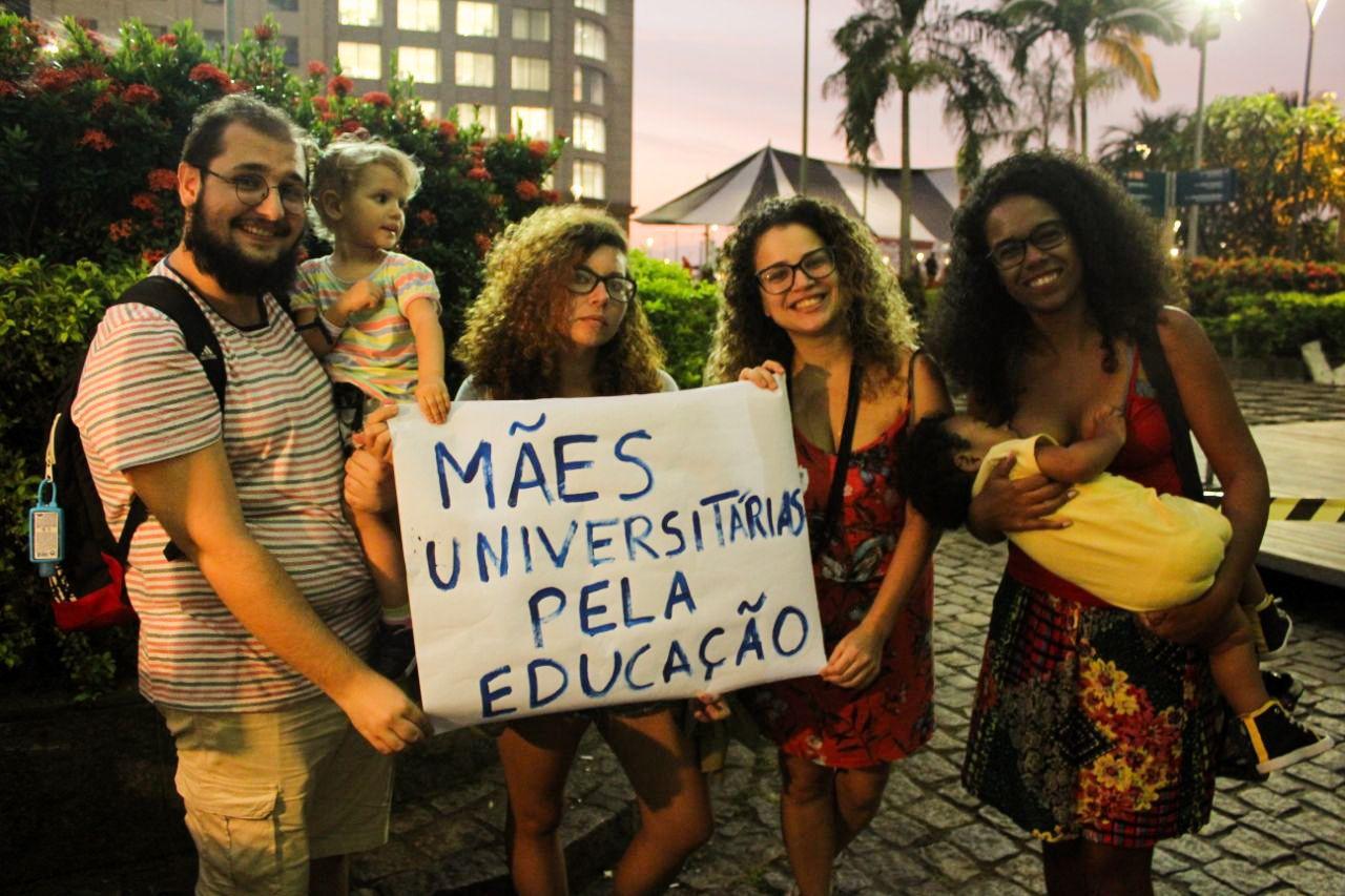 Pai e mães universitários no ato do Rio de Janeiro   Foto: Linha Castanho
