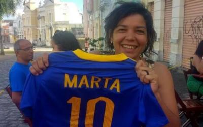 Ao não encontrar a camisa da Seleção Feminina, ela foi lá e fez uma!
