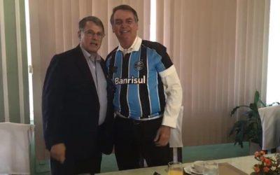 Pela honra do Grêmio, torcedores repudiam presente dado a Bolsonaro