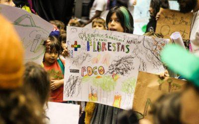 Crianças levam carta ao presidente da Câmara pedindo providências sobre as queimadas na Amazônia