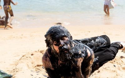 Em performances nas praias, artistas do Nordeste manifestam-se contra poluição marinha