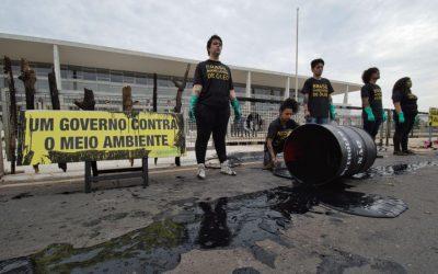 Ativistas do Greenpeace são presos ao protestar contra derramamento de óleo na porta do Palácio do Planalto