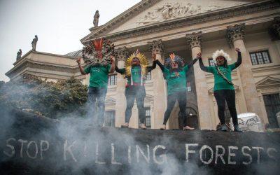 """""""Pare de matar a floresta"""", lideranças indígenas protestam contra gigantes da indústria na Alemanha"""