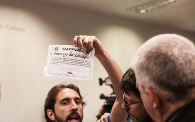 Weintraub recebe certificado 'Inimigo da Educação' de estudantes em audiência pública