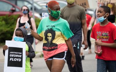 'Eu não consigo respirar': Milhares de pessoas tomam as ruas para exigir justiça por George Floyd