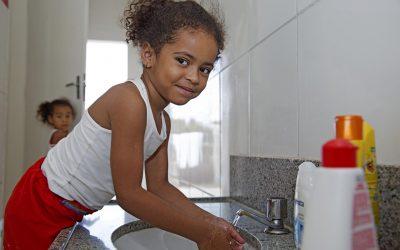 Covid-19 aumenta vulnerabilidade de crianças e mais de 6 mil podem morrer por dia nos próximos 6 meses