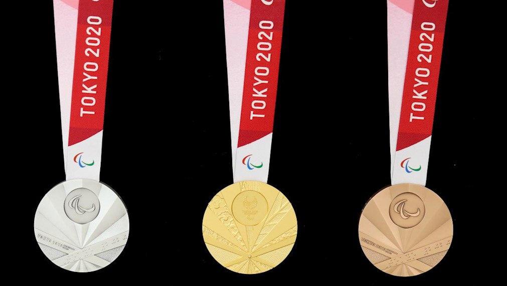 Sugestão de imagem: Foto com as três medalhas das Paralimpíadas de Tóquio (ouro, prata e bronze) sobre uma mesa com fundo preto.