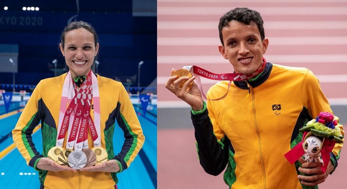 Descrição das imagens: (esquerda) Maria Carolina Santiago, uma mulher branca de cabelo preso, sorridente e emocionada, carrega no pescoço 5 medalhas conquistadas nos Jogos Paralímpicos de Tóquio 2020 (três ouros, uma prata e um bronze). (Direita) o atleta Yeltsin sorri e ergue a medalha de ouro com uma mão e, com a outra, segura o buquê de flores e a pelúcia da mascote das Paralimpíadas que os atletas do pódio recebem. Ambos vestem o uniforme da seleção, o casaco é amarelo com detalhes verde e azul.